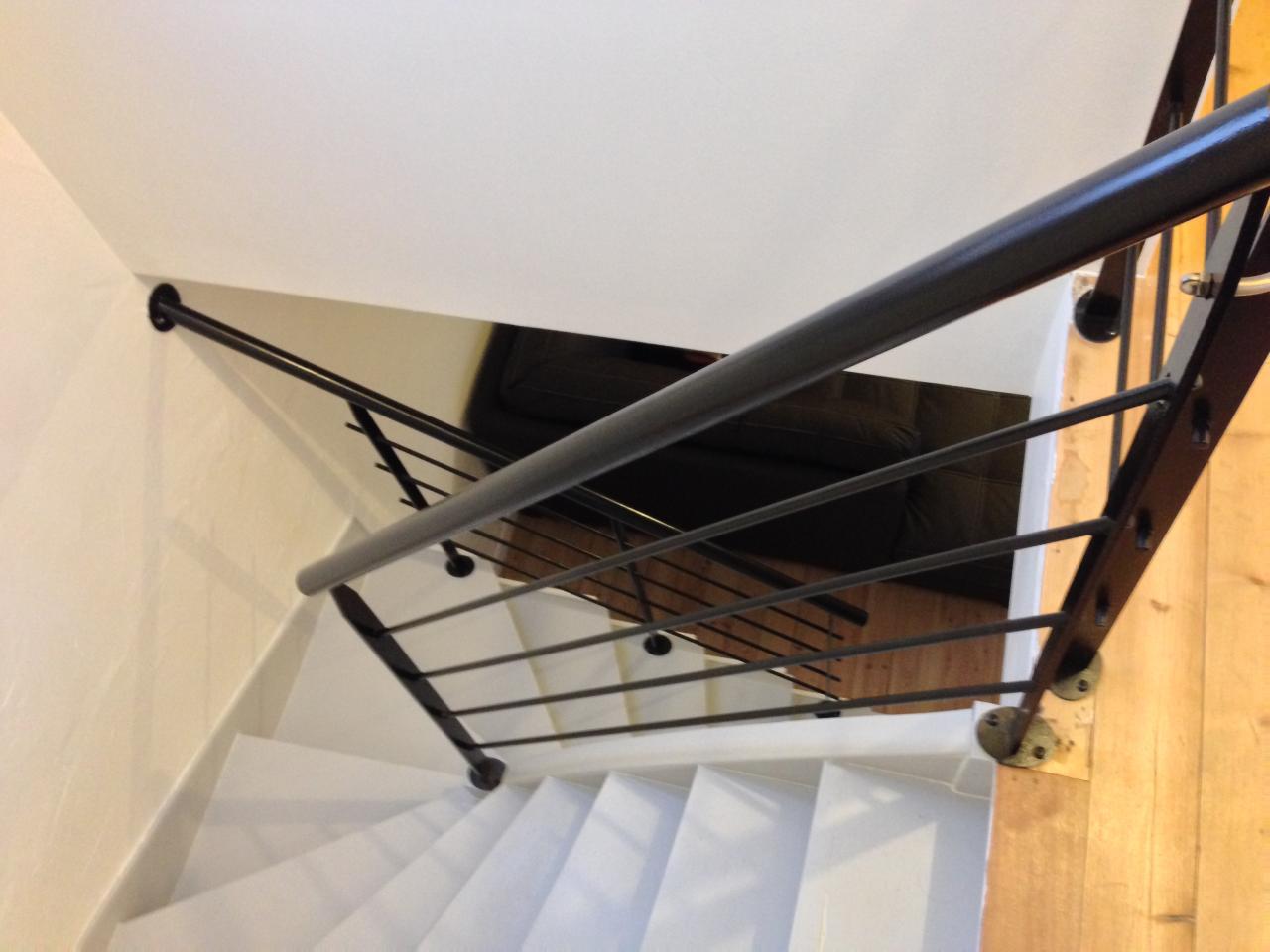 Garde-corps en acier peint sur escalier bois existant