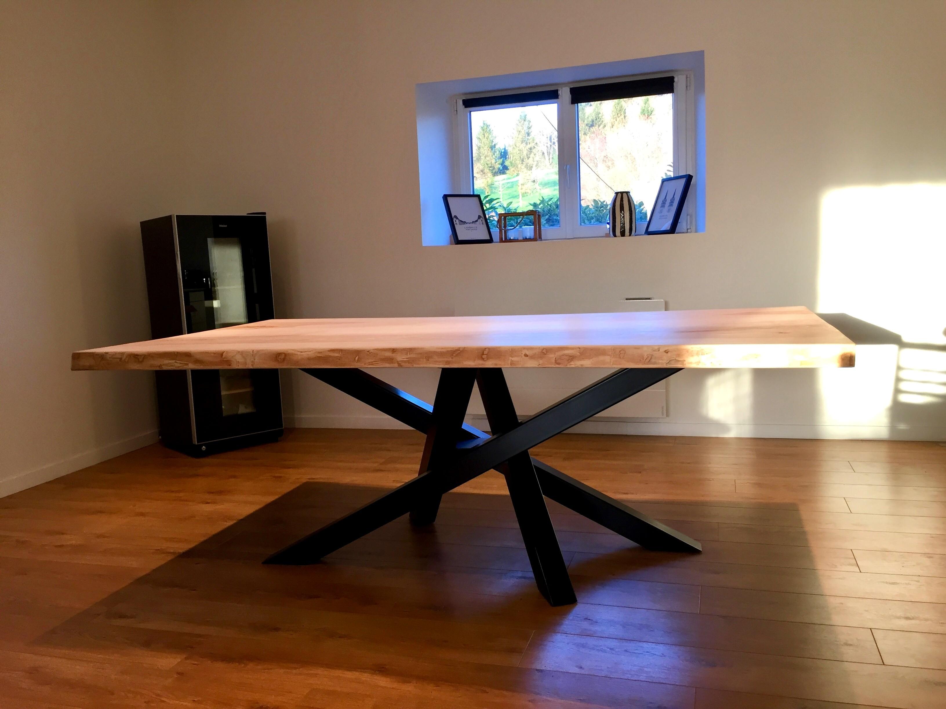 Table sur pieds métalliques